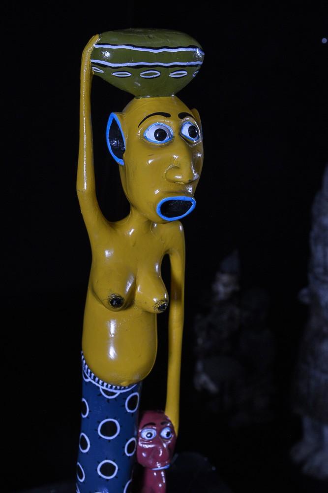 Sculpture Shetani Femme Jaune Et Enfant Rouge - Agostino Malaba - Makonde