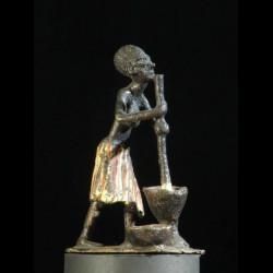 Femme pilant son mil annees...
