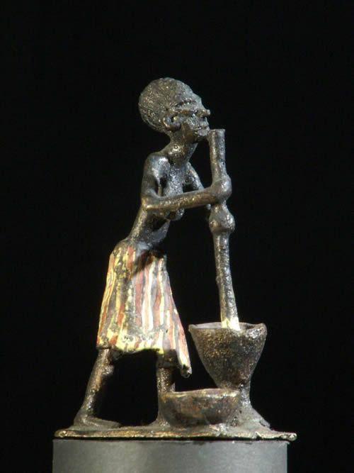 Femme pilant son mil annees 50 en fonte aluminium - Benin