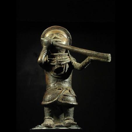 Joueur de trompe en bronze...
